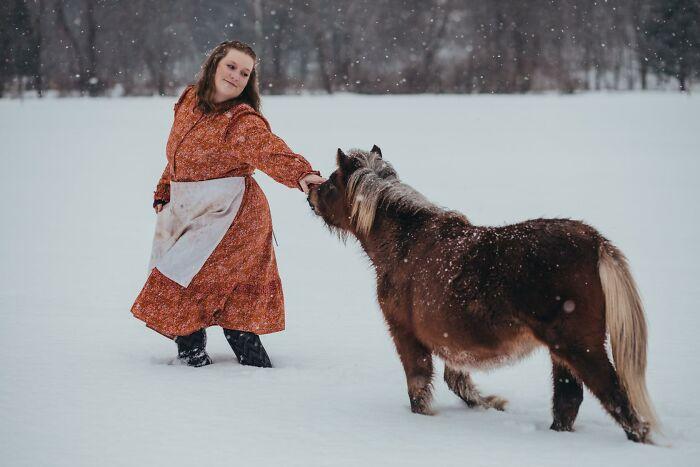 A veces sólo necesitas un día de nieve, un buen amigo que acepte hacer travesuras y participar en un buen desafío con un vestido de Target