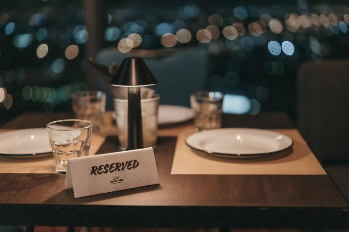 Sentarse en una mesa vacía sin preguntar