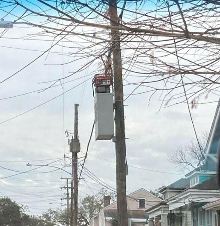 Cox literalmente puso un generador en este poste telefónico. Aparentemente para restaurar el Internet en el bloque de mis amigos de alguna manera. Pasan como cada 12 horas para rellenar el gas. Reza por Dhemecourt, pero esto es una locura