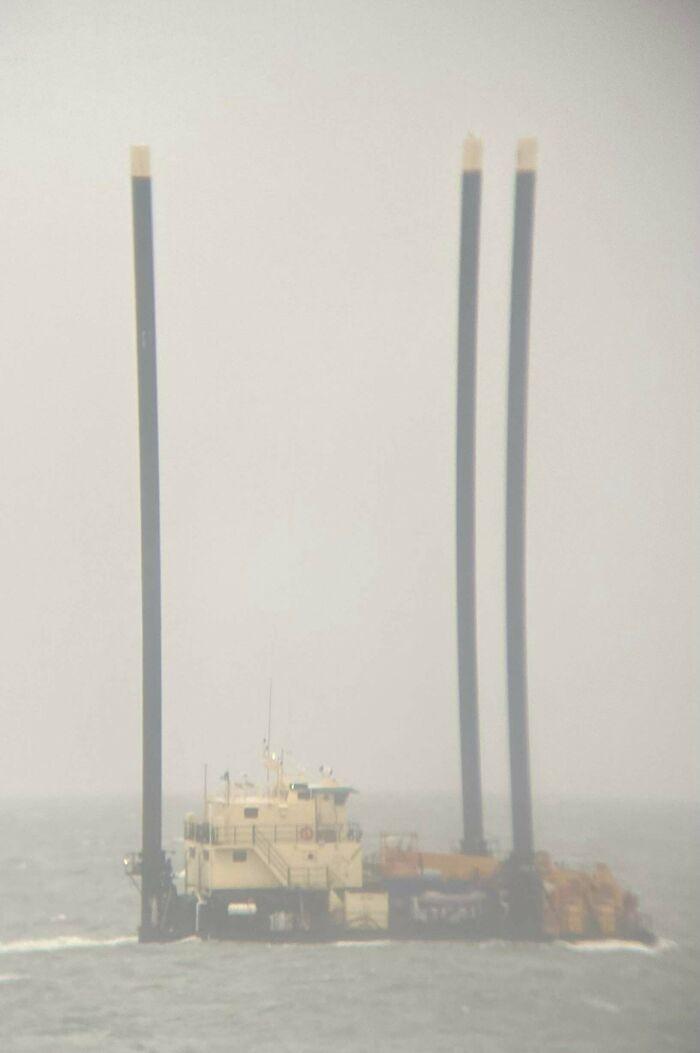 ¿Qué es este barco en la costa de Long Island, Nueva York, con tres altas chimeneas?