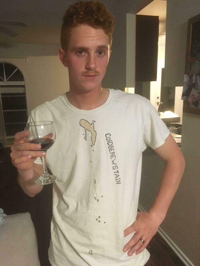 Si manchas una camiseta, puedes remarcar la mancha con un Sharpie y ponerle un nombre. Así, parecerá que has visitado una isla
