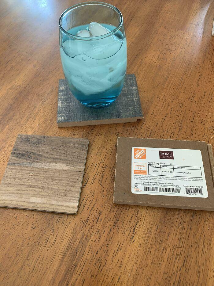 Si no tienes dinero y no puedes comprar portavasos, obtén muestras de pisos de Home Depot. Son gratuitas y vienen en muchos colores y formas