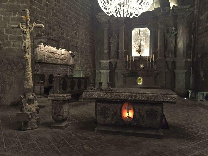 Parece una captura de un videojuego, pero es un altar real de una iglesia excavada en una mina de sal en Polonia