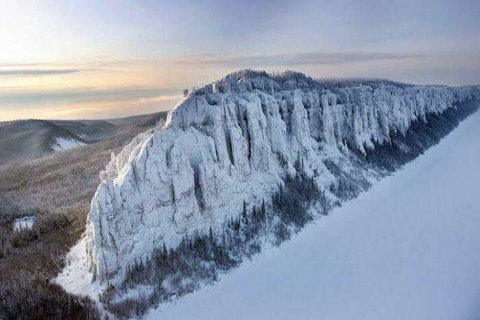 Los pilares de Lena son una formación rocosa natural en Yakutsk, Rusia, y parece el Muro de Juego de Tronos