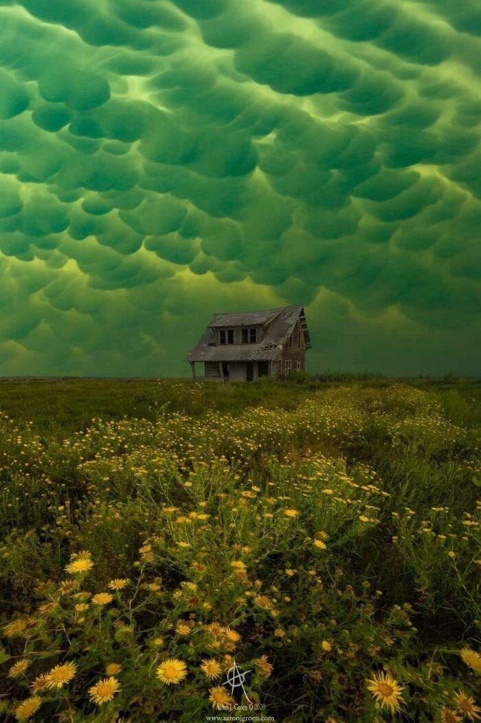 """Nubes sobre una casa abandonada que parecen """"Agallas el perro cobarde"""""""
