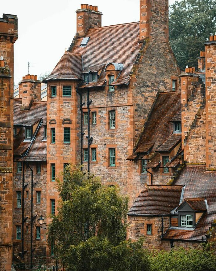 Well Court, Designed As Model Housing For Local Workers And Finished In 1886 In Dean Village, Edinburgh, Scotland