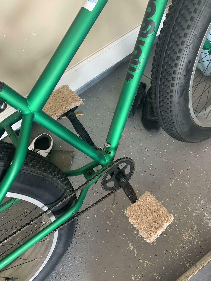 Mi hijo de 12 años le puso alfombra a la bicicleta para poder andar descalzo