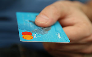 """Esta persona explica """"cómo funcionan las tarjetas de crédito"""" utilizando una analogía con la que casi podría hacerse una película"""