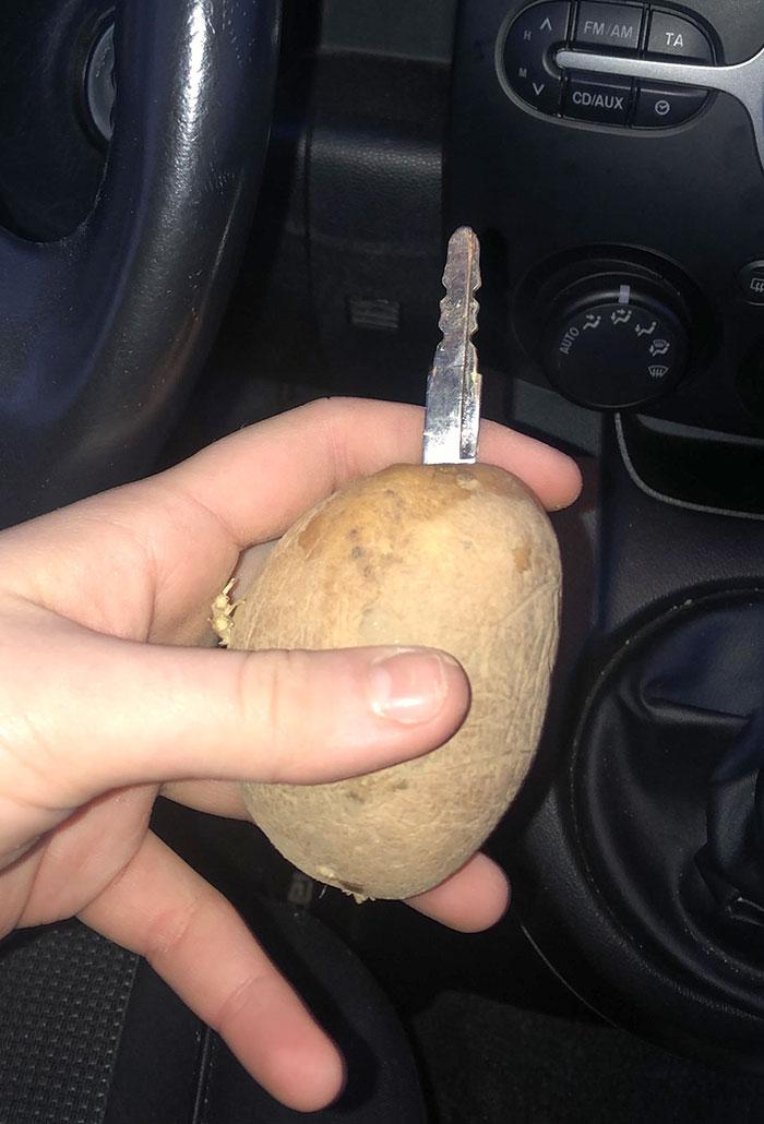 Si una llave se rompe por la mitad, incrústala en una papa como hizo mi amigo esta mañana