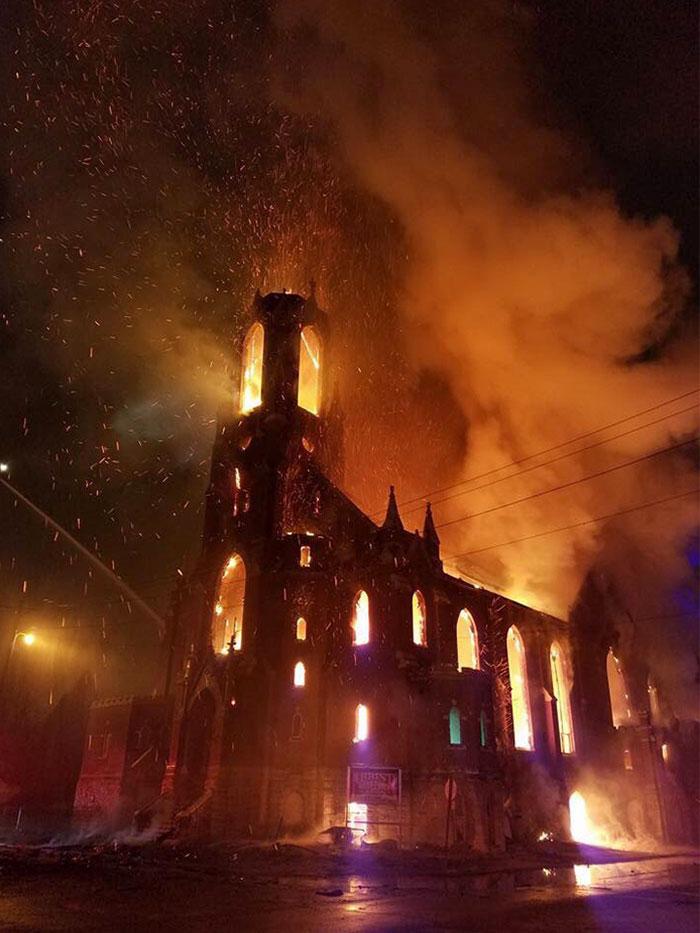 Incendio en el este de San Luis que parece de película