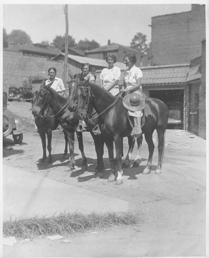 Til About Pack Horse Librarians That Serviced The Appalachian Communities (E.g., Rural Kentucky) In The Mid 1930s To Early 1940s Who Were Mostly Women Who Rode On Horses Or Mules To Deliver Library Books To Remote Communities During The Great Depression.