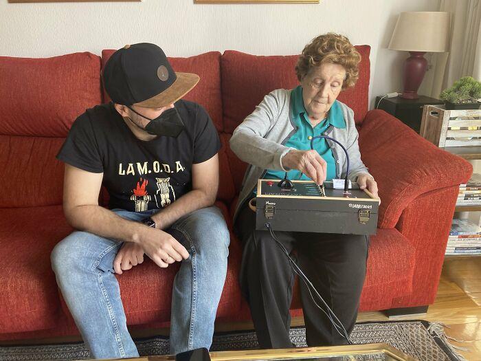Este hombre construyó un dispositivo de comunicación para que a su abuela le sea más fácil de usar que un teléfono, y se hace viral