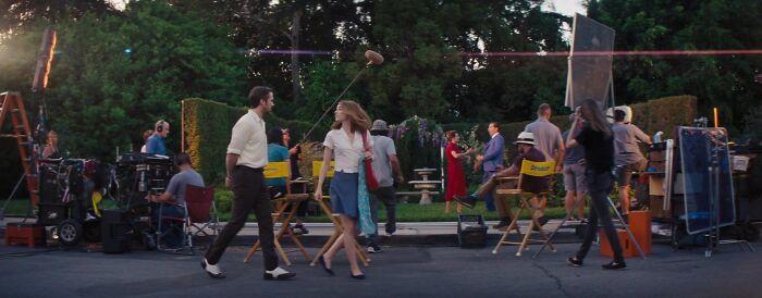 En La La Land (2016), mientras Sebastian y Mia caminan por el set de un estudio, pasan junto a dos actores que filman una escena romántica. Esos dos actores son en realidad los dobles de Ryan Gosling y Emma Stone