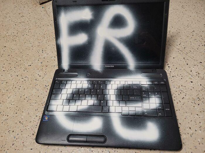 ¡Ordenador portátil gratis! Lástima que la pantalla y el teclado han quedado arruinados con la pintura de espray