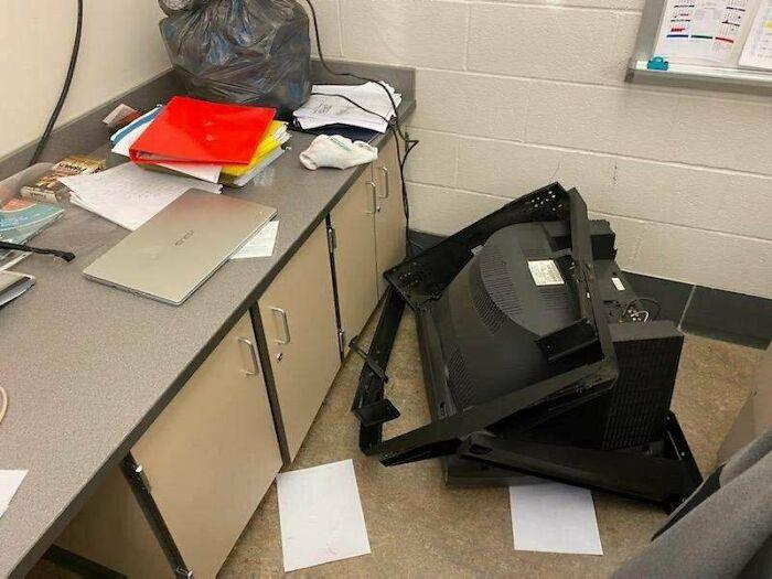 Hoy fue un asesinato/suicidio tecnológico. La pantalla de TV aterrizó directamente en un nuevo Asus Chromebook