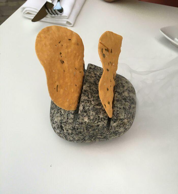 Patatas fritas en una roca