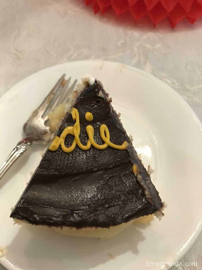 Mi suegra acaba de servirme este trozo de pastel...