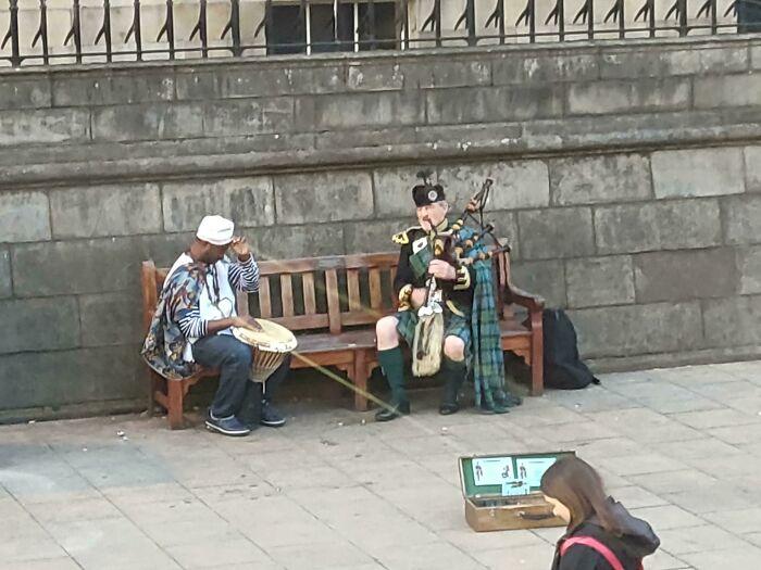 Un momento conmovedor entre un gaitero escocés y un percusionista tradicional africano mientras tocan juntos en Edimburgo. Fue una hermosa muestra de humanidad, pero desgraciadamente sonó como un gato al que se le patea por una escalera de madera