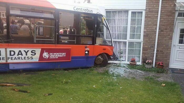 A quien me dijo que dejara mi coche en el pub y tomara el autobús a casa; resulta que tampoco estaba en condiciones de conducirlo