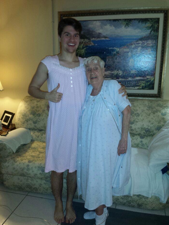 Mi abuela de 84 años se disculpó por tener que llevar su camisón delante de nosotros