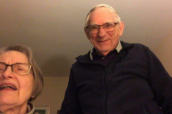 """Después de no ver a mis abuelos durante meses, por fin descubrieron cómo """"funciona Facetime"""". Esta fue la cara de mi abuelo cuando me vio"""