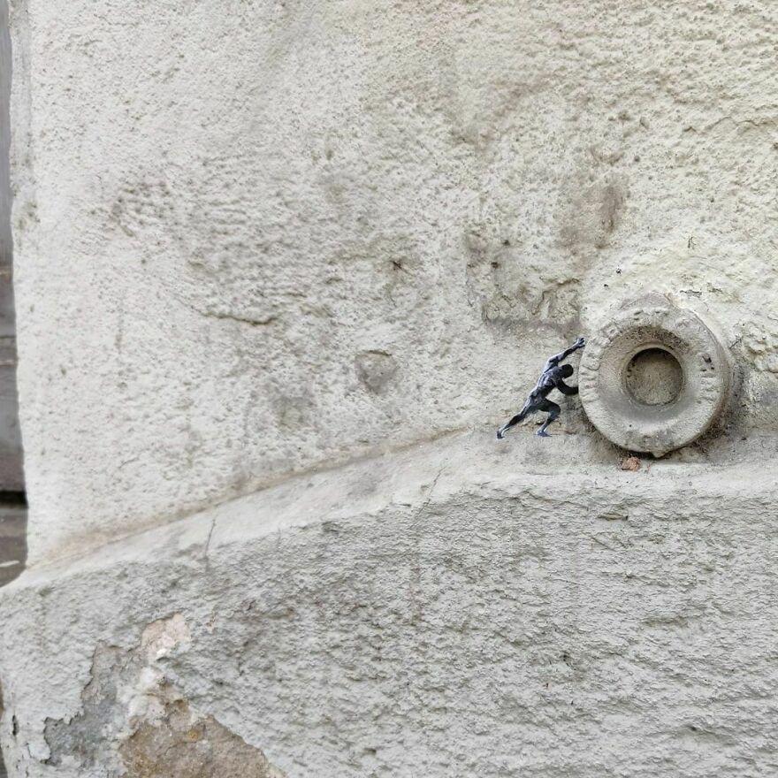 The Urban Sisyphe le Mythe Urbain De Sisyphe #sisyphe #oakoak #streetart #urbanintervention #art #urban #arturbain #wallart #saintetienne #funny #smallart #mythologie #stencil #stencilart #sisyphe