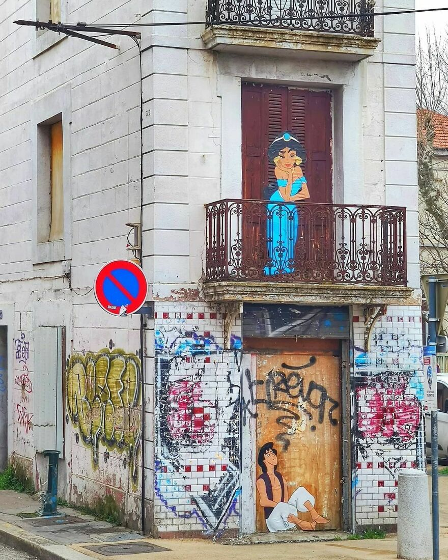 """A Whole New World"" In 2021. #oakoak #streetart #urbanintervention #art #urban #arturbain #wallart #aladdin #jasmine #princess #prince #princesse #2021 #world #monde #art"