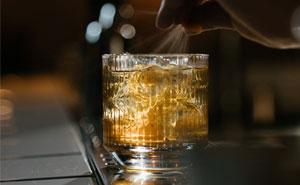 La gente aplaude la manera en que este bar lidió con alguien que drogó la bebida de una mujer