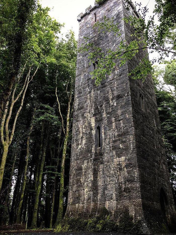 Torre encontrada en un bosque irlandés, parece de cuento