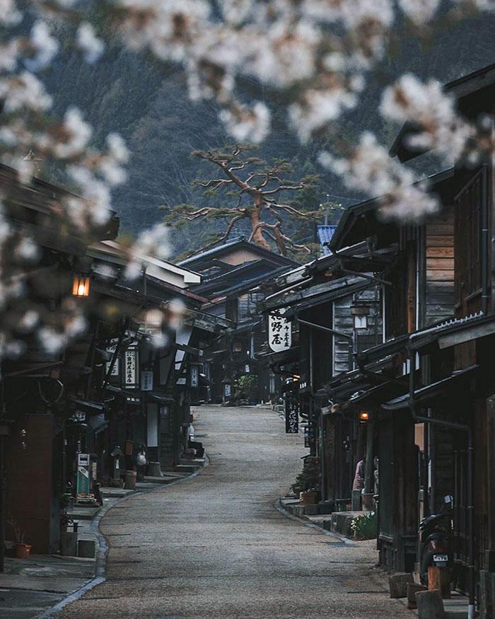 Antiguo pueblo japonés que parece el decorado de una pelicula
