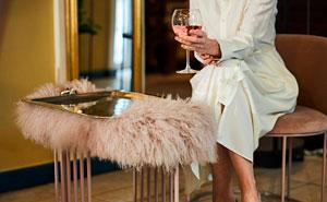 Esta camarera recibió propina de una novia en su boda, tras arruinar el vestido blanco de la madre del novio por accidente