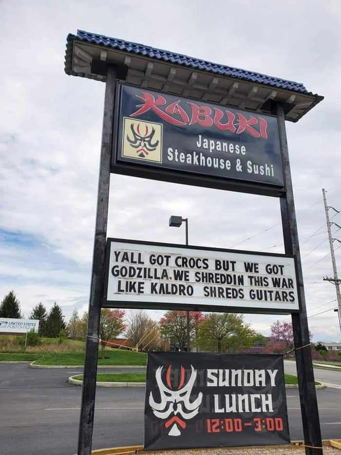 This Town Has A Sign War Going On Between Many Businesses And It's Entertaining The Locals (20 Pics)
