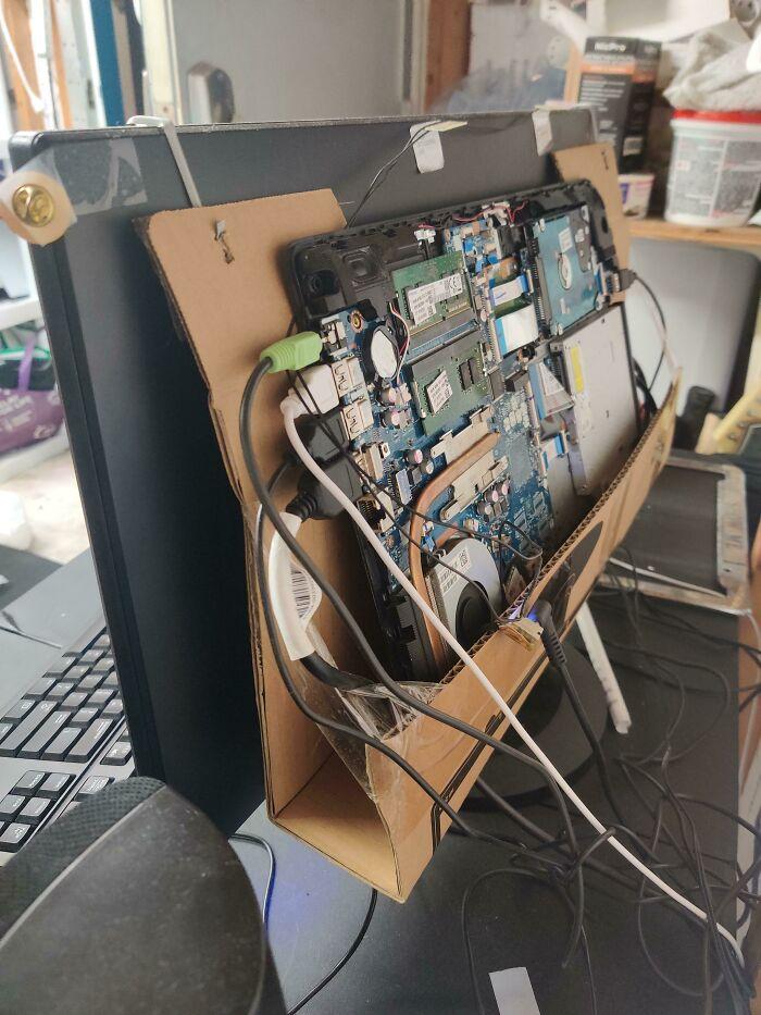 Tomé una computadora portátil rota gratis y la conecté a un monitor, usé la caja del monitor como soporte. Los he usado a diario durante casi un año sin problemas