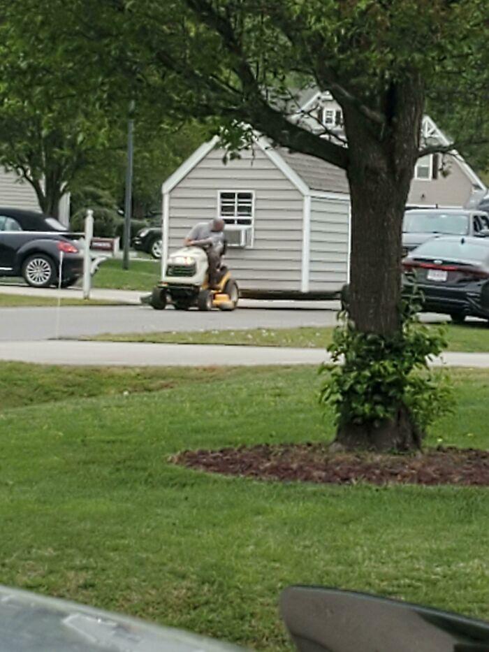 Este tipo estaba remolcando un cobertizo con una cortadora de césped