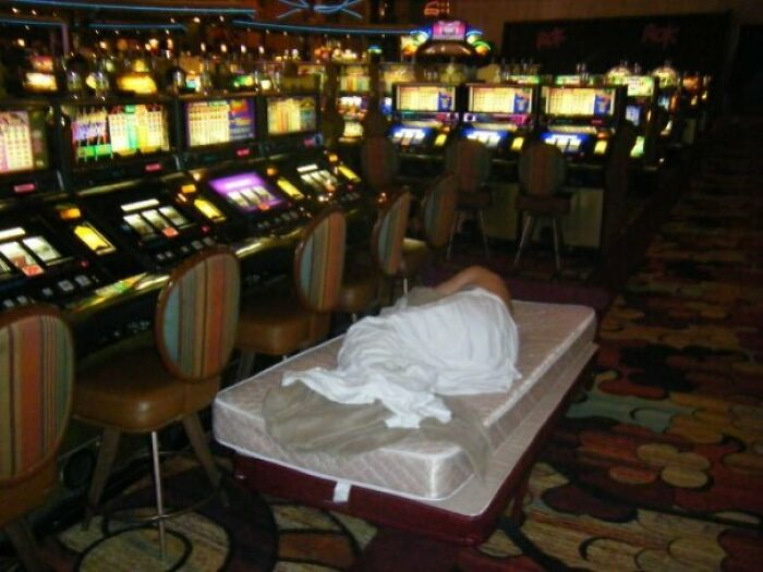 Mi amigo en el suelo del casino New York-New York en Las Vegas a las 2 de la madrugada en su despedida de soltero. Esto es 100% cierto