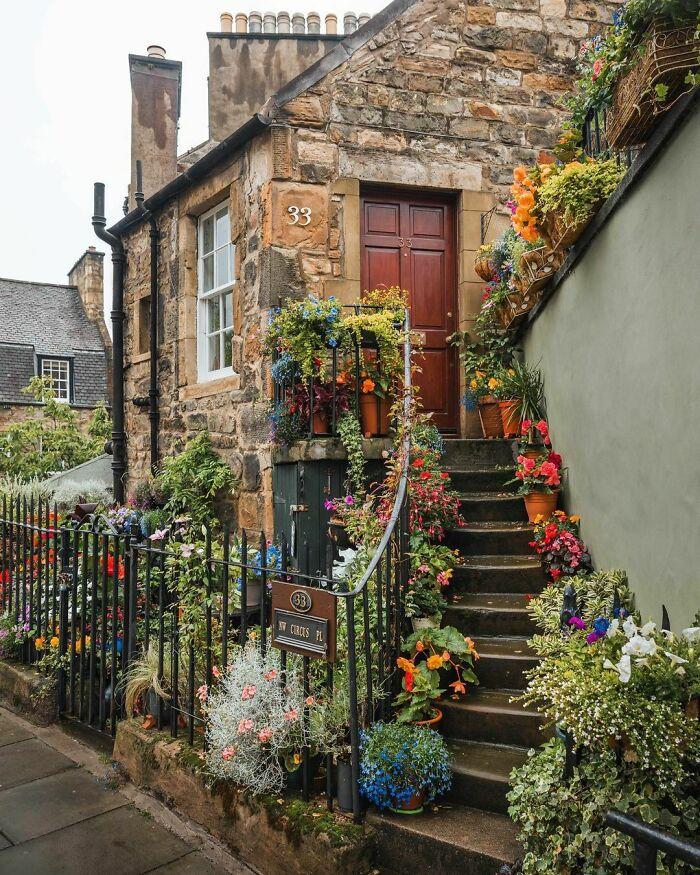 Cabaña adornada con flores en Stockbridge, Escocia