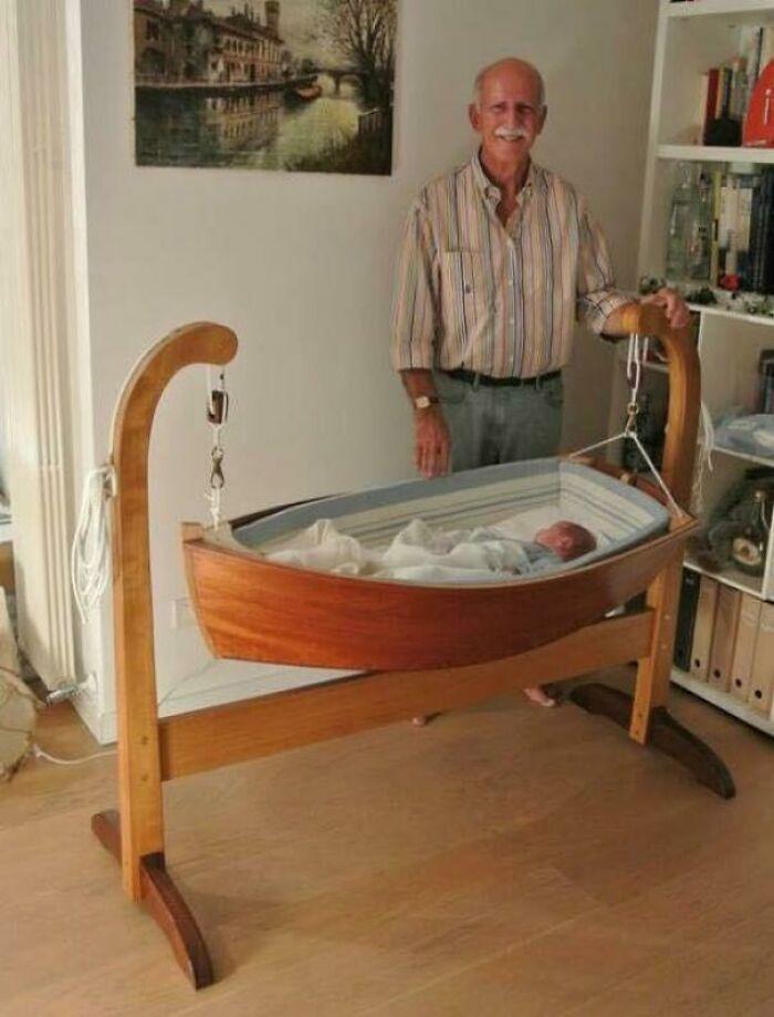 El abuelo hizo una increíble cuna para su nieto