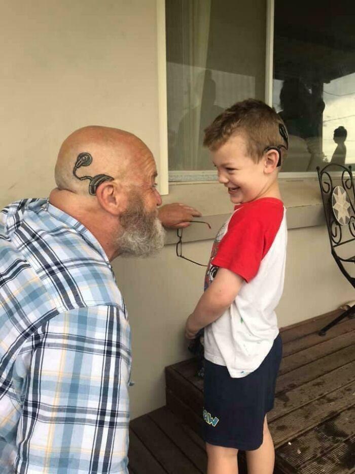 Un abuelo se tatuó un implante de cóclea para parecerse a su nieto