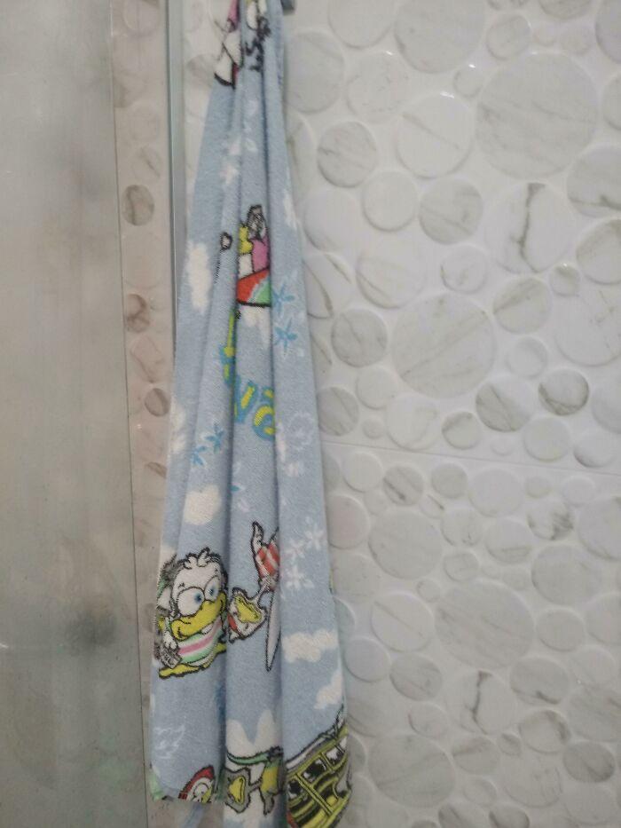 Cuando nos mudamos, mi abuela compró una toalla para cuando yo viniera. 12 años después, sigue colgando la misma toalla del pato para cuando vengo