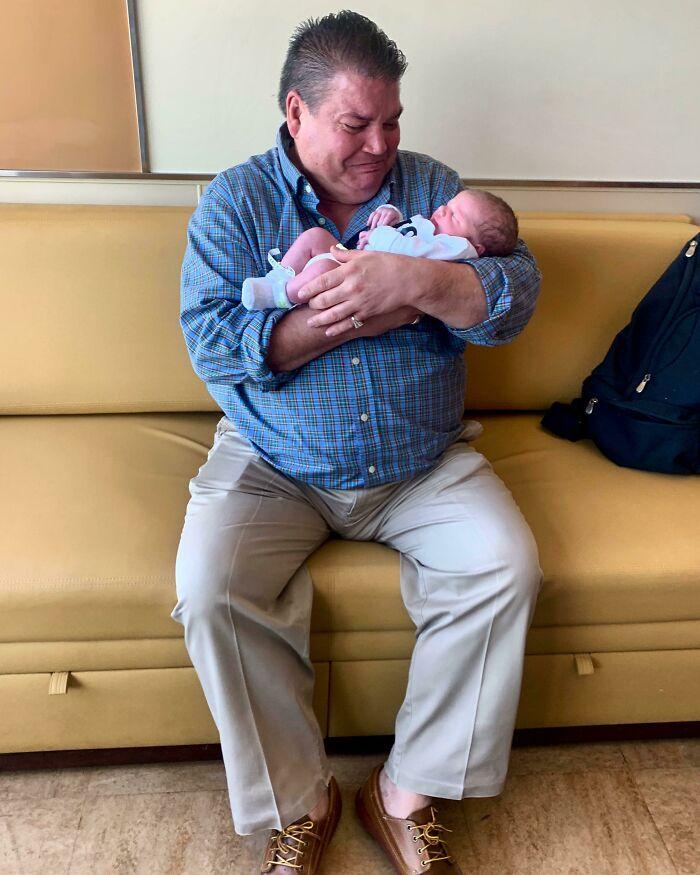 Mi papá conoció a mi hijo por primera vez ayer. Nunca he visto a mi padre tan feliz. Se siente muy bien, hombre