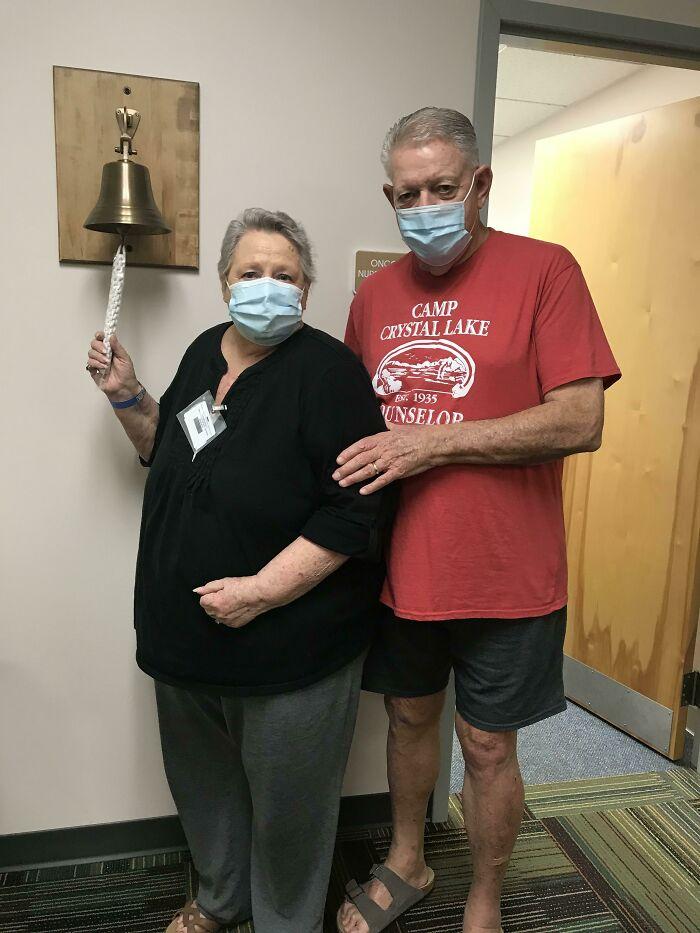 Mi abuela toca la campana tras ganar hoy oficialmente su batalla contra el cáncer de mama