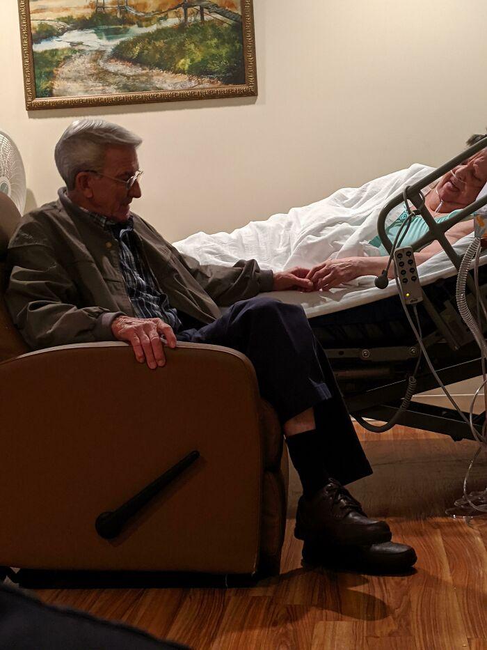 Es más que probable que pierda a mi abuela esta noche, pero siempre apreciaré esta foto de mis abuelos. Casi a 53 años de casados