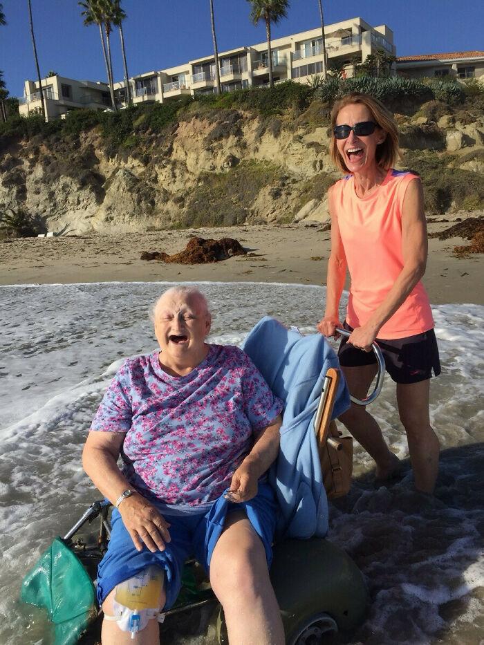 Mi abuela quería ver el océano por última vez antes de ingresar en el hospicio. Su cara lo dice todo