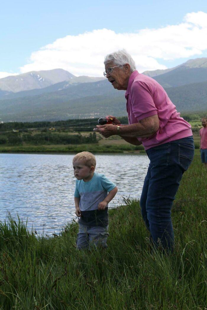Hoy mi hijo de 3 años y su bisabuela de 89 años se unieron para pescar sus primeros peces. Él lo enganchó y ella lo sacó