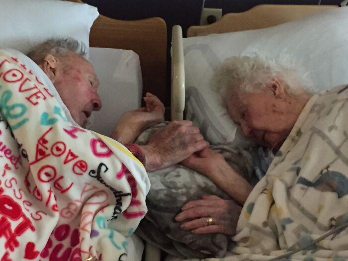 Mi abuela, de 96 años, con mi abuelo, de 100, horas antes de morir ella este fin de semana. 77 años de matrimonio
