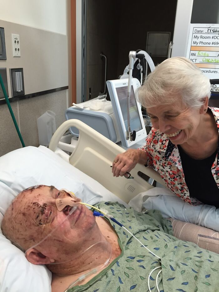 El abuelo apartó a la abuela del camino antes de ser atropellado por un imbécil en una furgoneta