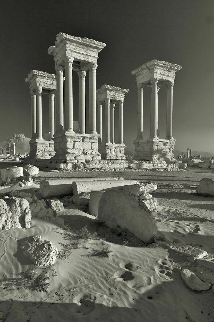 El tetrapilón de finales del siglo III de la antigua Palmira, Siria. Destruido deliberadamente por el ISIS, 2017