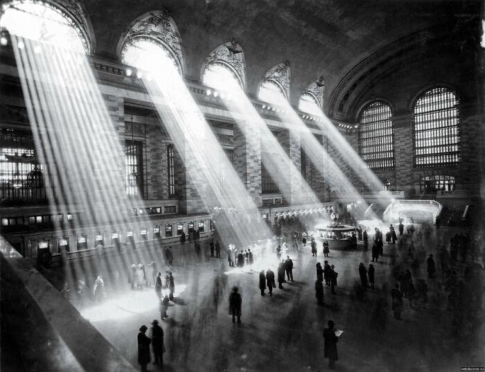 """""""Ya no es posible tomar una fotografía así, ya que los edificios de fuera bloquean los rayos del sol"""". Grand Central, NYC (1929)"""