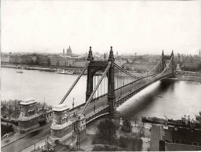 El puente Elisabeth, construido en 1903 en Budapest, Hungría. Era el puente de un solo vano más largo del mundo en aquella época y una maravilla de la ingeniería. Tras la retirada de las fuerzas alemanas de la ciudad en la Segunda Guerra Mundial, fue dinamitado en la mañana del 18 de enero de 1945. Sustituido en 1964 por un puente modernista