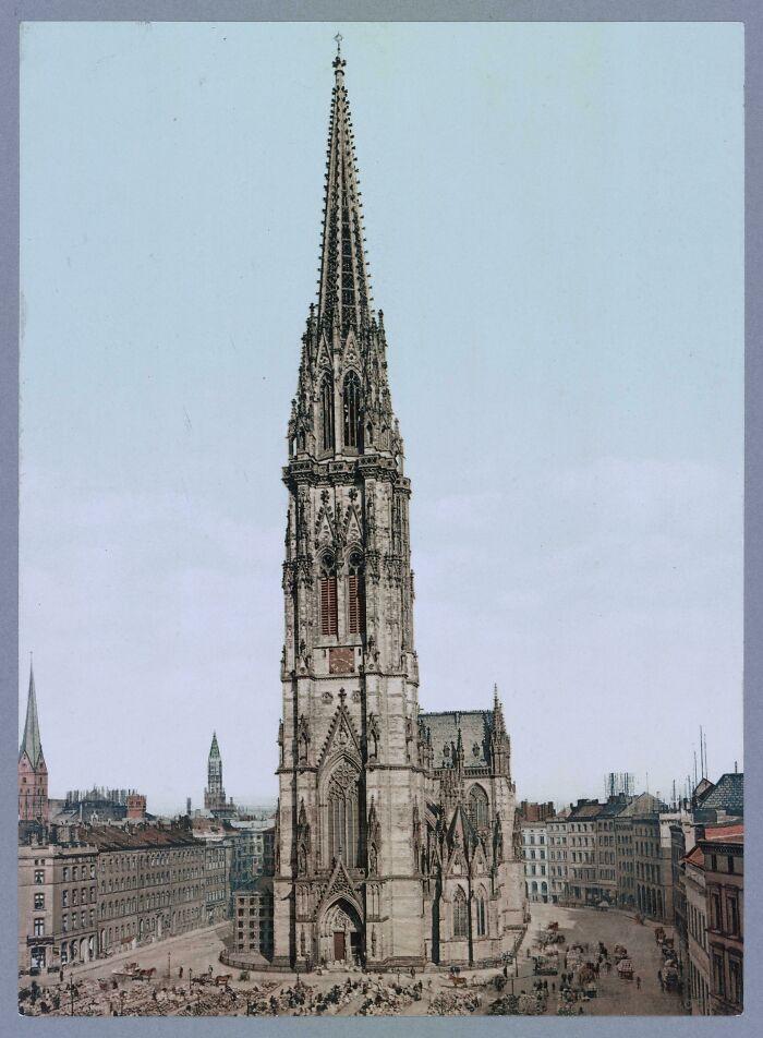 Iglesia de San Nicolás / Hamburgo (Alemania), de estilo gótico, la construcción más alta del mundo hasta 1877, bombardeada en el verano de 1943 por la Real Fuerza Aérea. Las ruinas siguen sirviendo de monumento a las víctimas de la guerra y el terror nazi